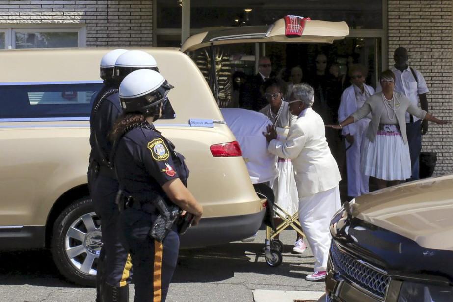 Le corbillard transportant la dépouille de Bobbi Kristina... (PHOTO REUTERS)