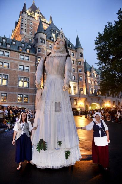Les marionnettes géantes ont participé au défilé. (Le Soleil, Jean-Marie Villeneuve)