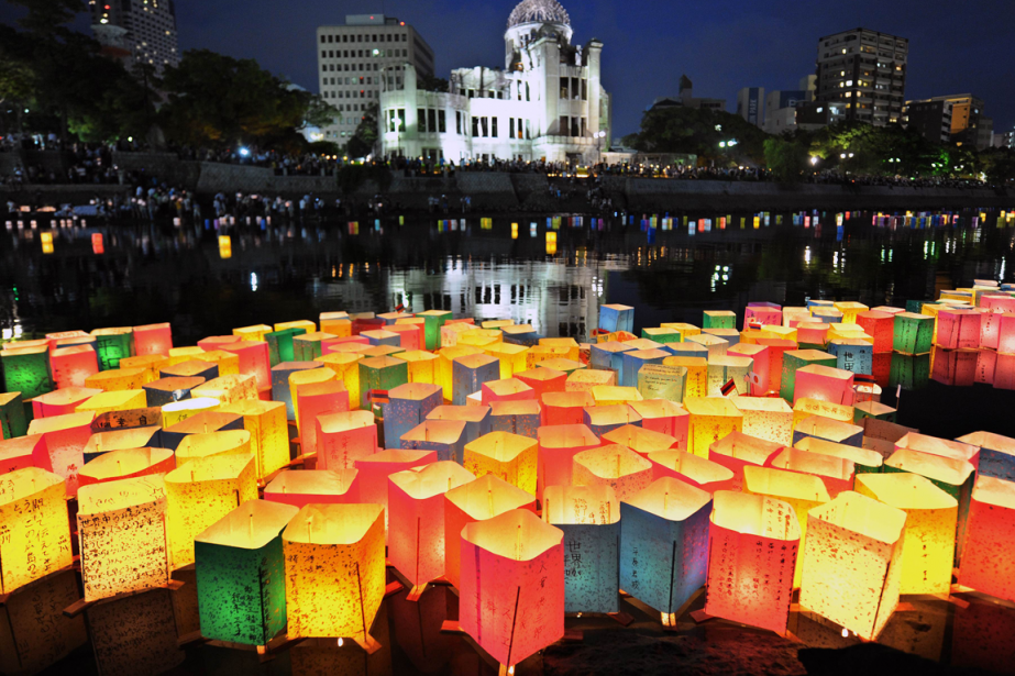 Des lanternes de papier coloré flottent sur le... (Photo Kazuhiro Nogi, AFP)