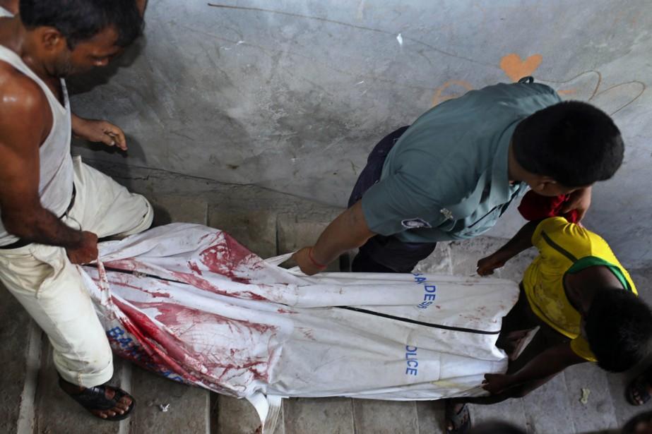 Trois hommes portent le corps de Niloy Chowdhury,... (Photo A.M. Ahad, AP)
