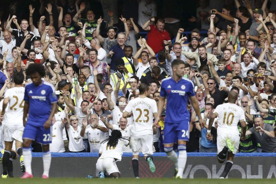 Les joueurs de Swansea célèbrent lepenalty transformé par... (PHOTO IAN KINGTON, AFP)