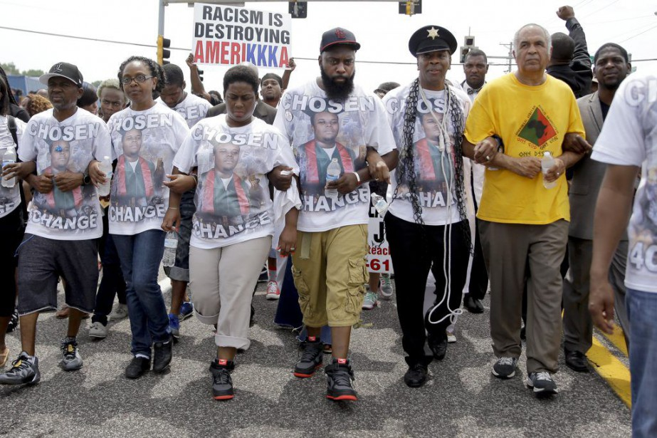 Michael Brown Sr (au centre) a mené la marche... (PHOTO JEFF ROBERSON, AP)