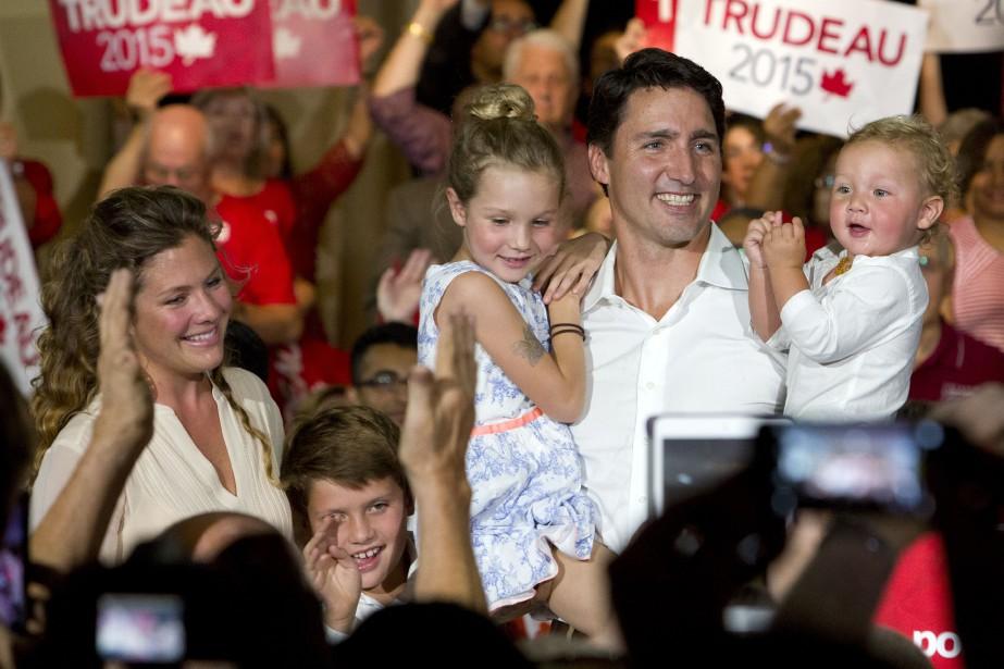 Justin Trudeau, sa conjointe et ses enfants rencontrent les partisans libéraux lors d'un rassemblement à Ottawa. (La Presse Canadienne)
