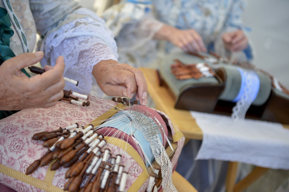 Les membres de la Guilde des dentelières et des brodeuses ont fabriqué de trésors délicats avec leurs aiguilles. (Le Soleil, Yan Doublet)