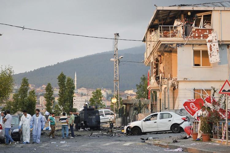 Un kamikaze présumé a fait exploser une voiture... (PHOTO AP)