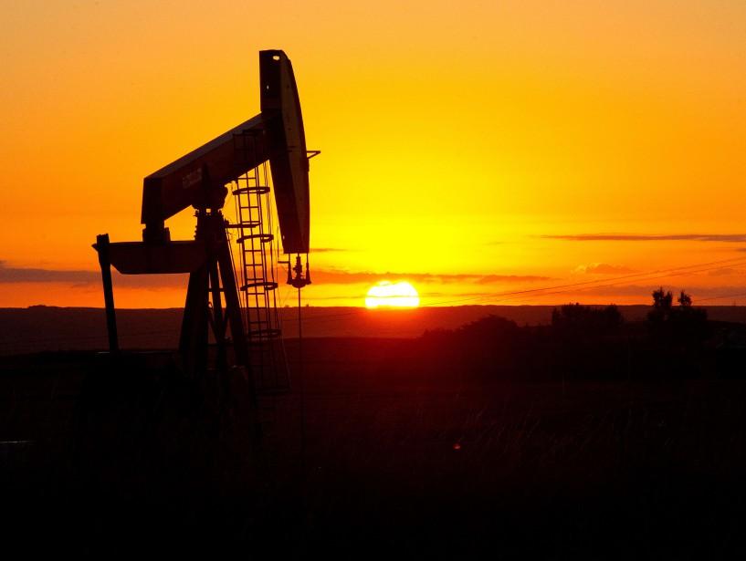 Les stocks de pétrole brut ont légèrement moins baissé... (PHOTO ARCHIVES AFP)