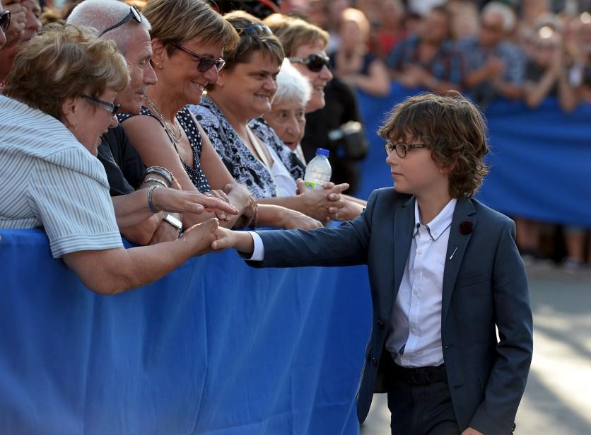 Suivant l'exemple de son père, Thomas est allé saluer la foule rassemblée pour le mariage. (Le Soleil, Erick Labbé)