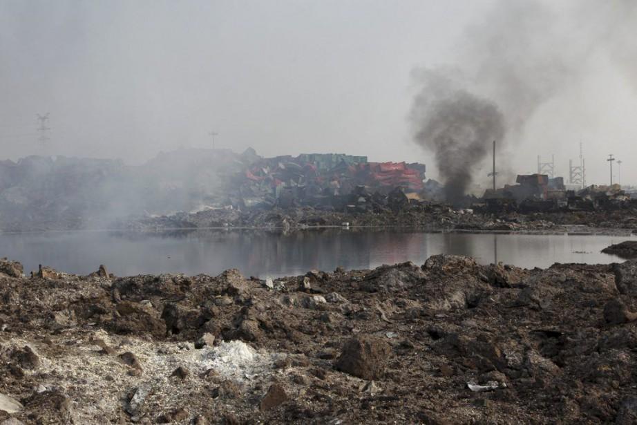 De la fumée s'échappe d'un conteneur entreposé dans... (PHOTO REUTERS/CHINA STRINGER NETWORK)