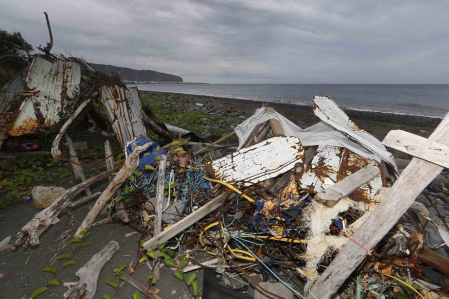Des débris ayant échoué sur une plage à... (PHOTO JACKY NAEGELEN, REUTERS)