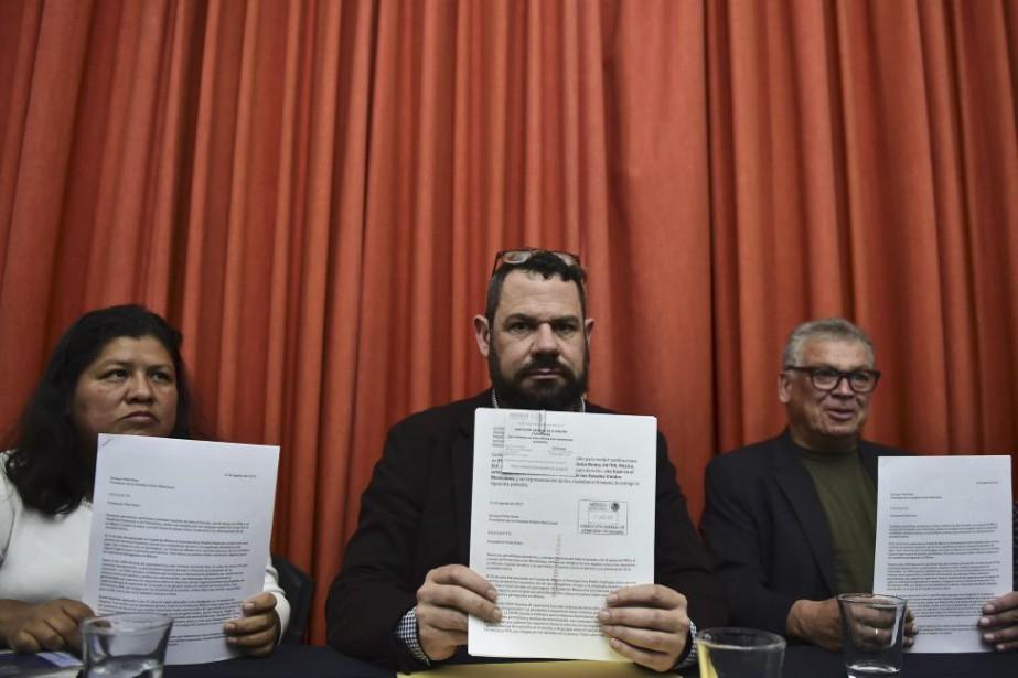 Les journalistes Norma Trujillo, Guillermo Osorio et Francisco... (PHOTO RONALDO SCHEMIDT, AFP)
