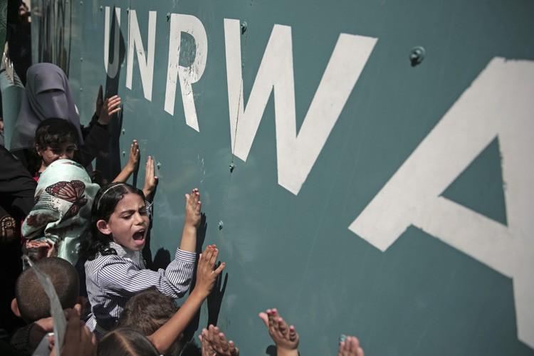 Une écolière palestinienne chante des slogans lors d'une... (PHOTO AP)