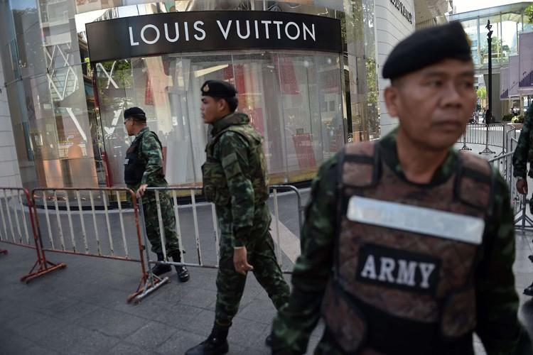 Des soldats thaïlandais surveillent le site de l'attentat.... (PHOTO AFP)