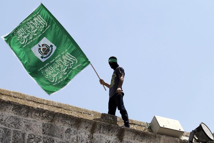 Un militant palestinien brandit le drapeau du Hamas.... (PHOTO AFP)