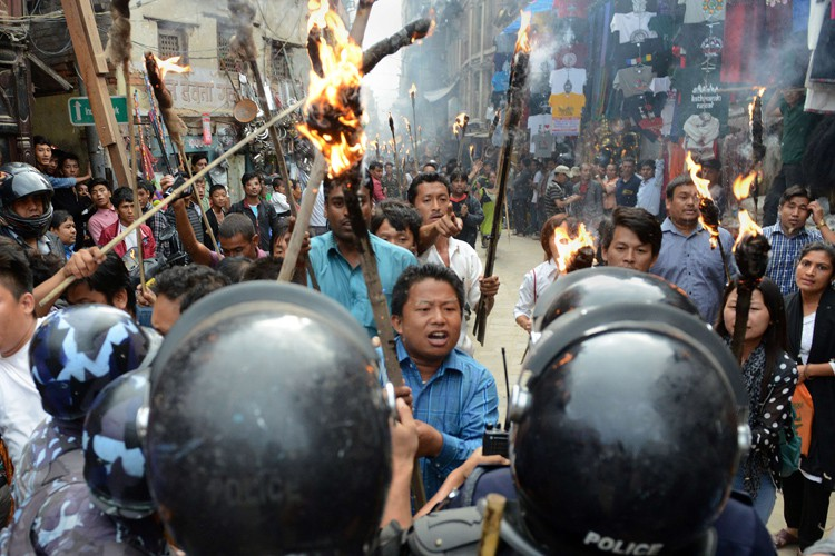 Des centaines de manifestants ont lancé des engins... (PHOTO AFP)