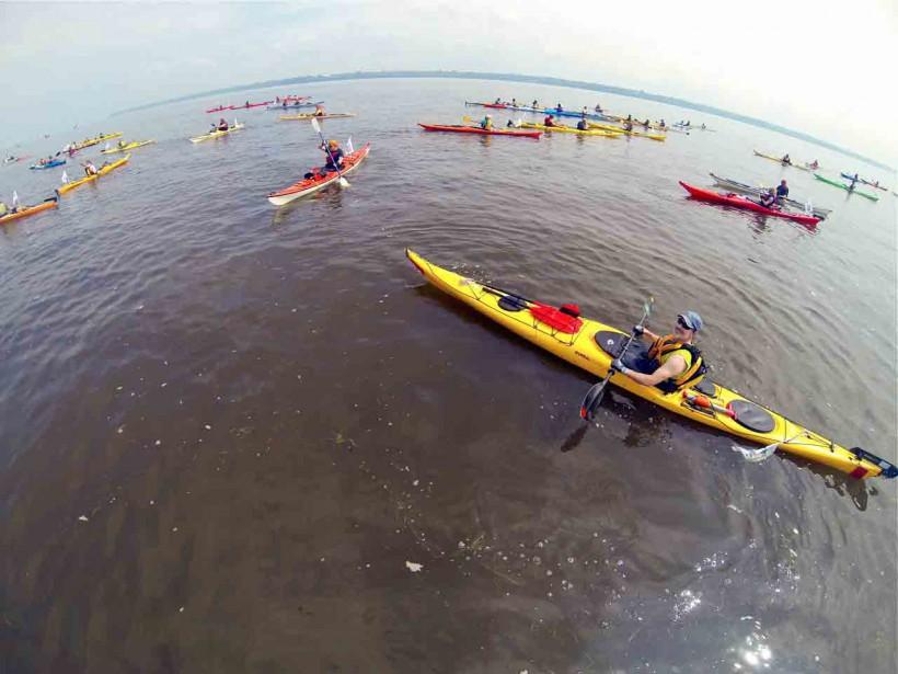Pause pour les kayakistes sur le fleuve, le temps de regrouper la centaine de participants sur l'eau et leur permettre de souffler un peu. (Jean-Sébastien Massicotte, collaboration spéciale)