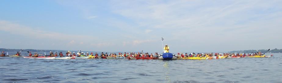 Notre imposante flottille prend la pause le temps d'une photo de groupe sur le fleuve. (Jean-Sébastien Massicotte, collaboration spéciale)