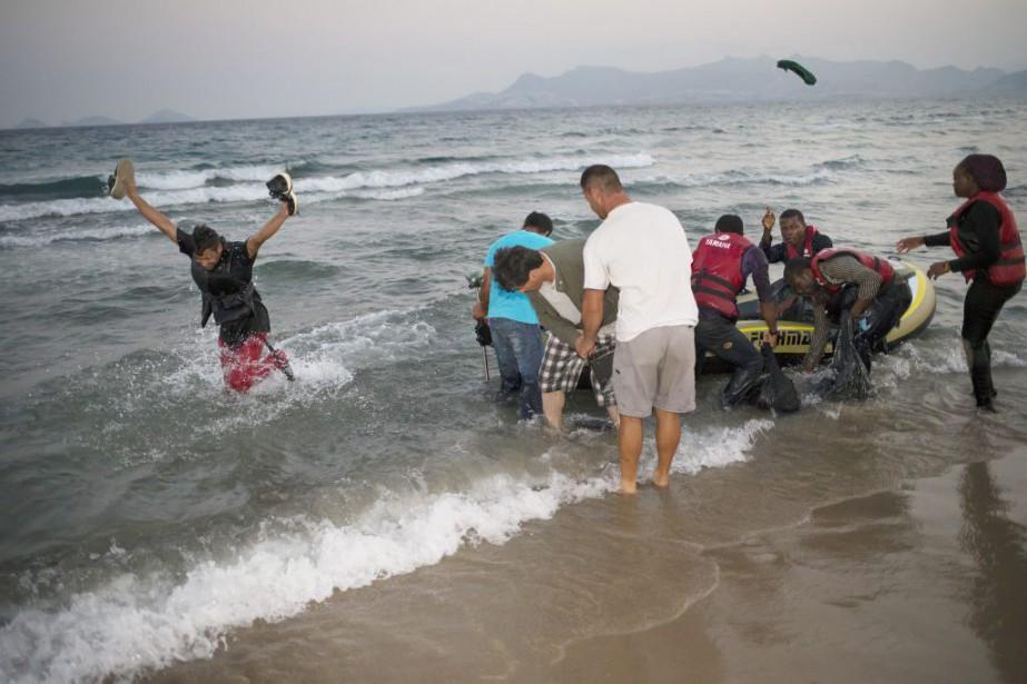 Des migrants arrivent sur l'île de Kos, en... (PHOTO ALEXANDER ZEMLIANICHENKO, ASSOCIATED PRESS)