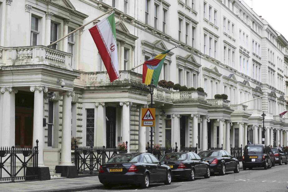 La drapeua iranien flotte devant l'embassade d'Iran à... (Photo Paul Hackett, Reuters)