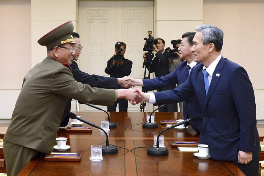 Quatre dirigeants ont pris place autour de la... (PHOTO REUTERS/YONHAP)