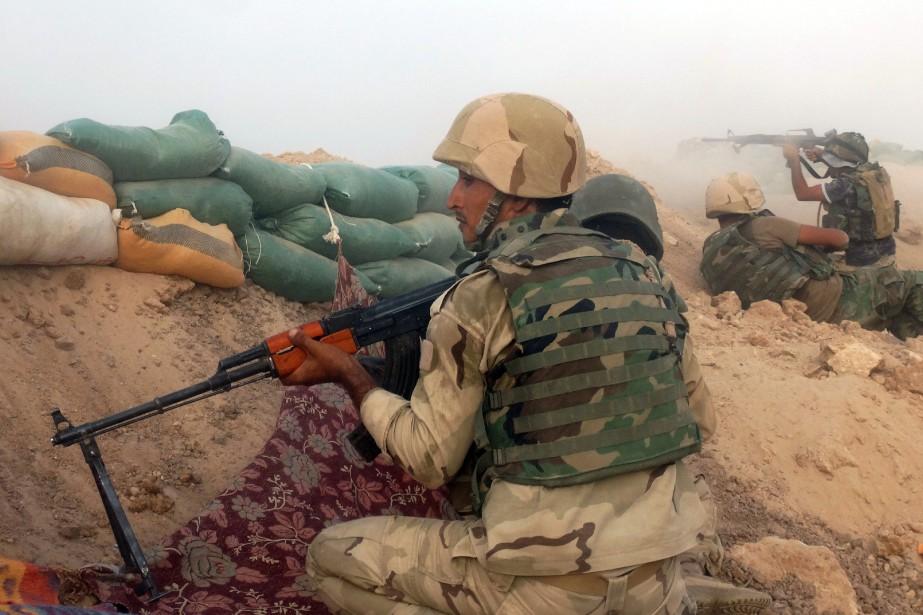 Des soldats irakiens combattent le groupe État islamique.... (PHOTO ARCHIVES AP)