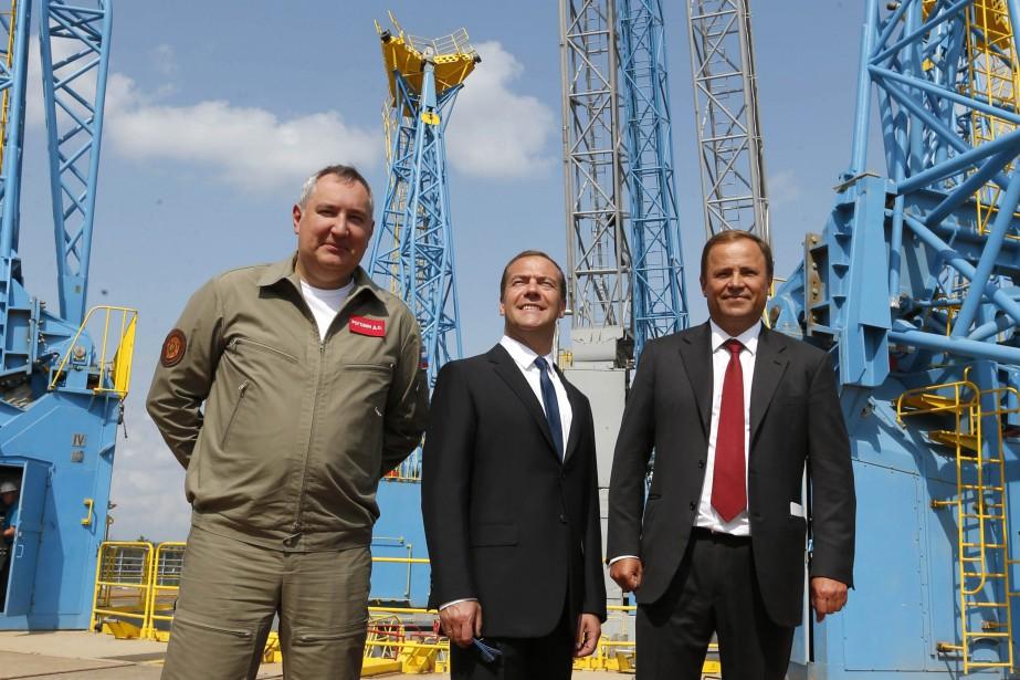 Le député Dmitry Rogozin, le premier ministre russe... (PHOTO AP)