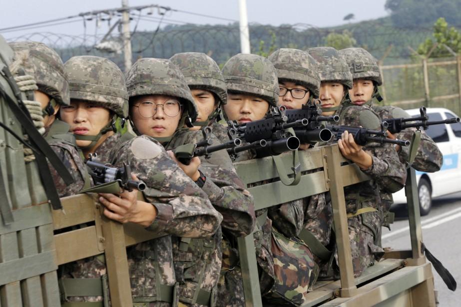 Des soldats sud-coréens sont vus à bord d'un... (PHOTO AHN YOUNG-JOON, AP)