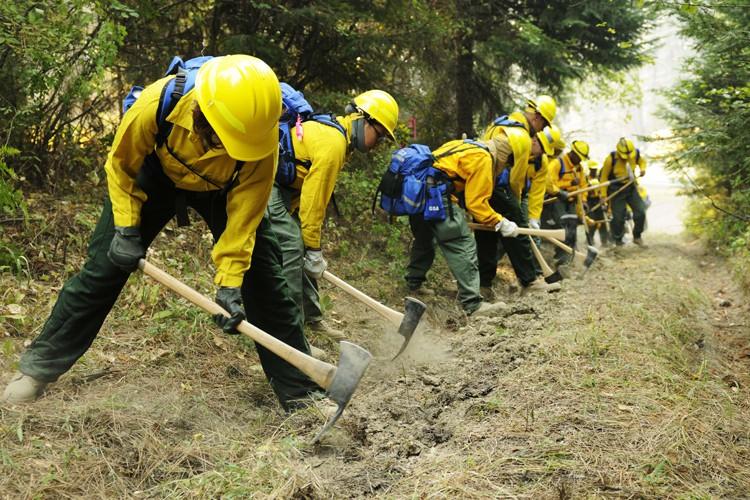 Près de 5500 pompiers sont pour l'instant mobilisés... (PHOTO AFP)