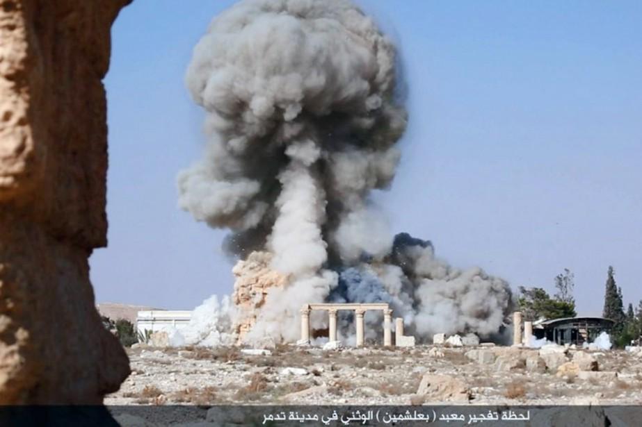 Les photos montrent également une énorme explosion, puis... (PHOTO AP)