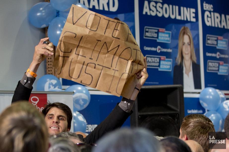 Le militant a brandi une pancarte et apostrophé... (Photo David Boily, La Presse)