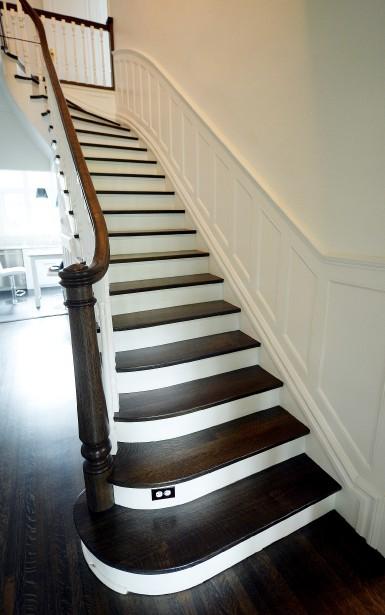 Les marches de l'escalier en chêne du hall d'entrée ont été sablées et teintes, comme les planchers. (Le Soleil, Erick Labbé)