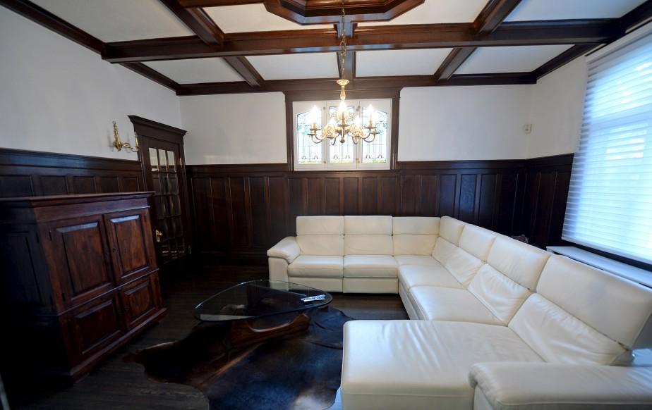 Le salon familial, que Mélanie a baptisé la «sachristie» en raison de la présence d'un vitrail, qui est d'origine. (Le Soleil, Erick Labbé)