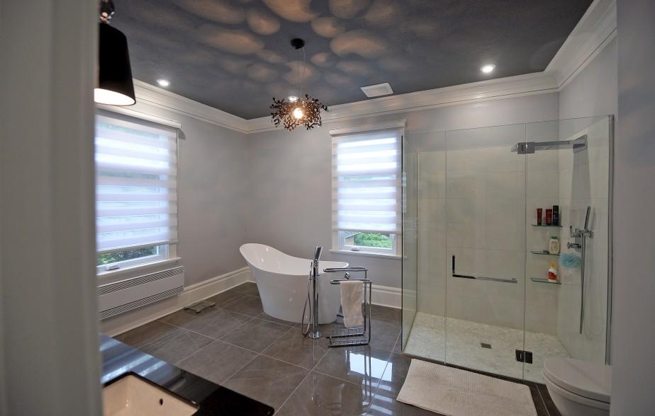 La salle de bain de la suite des maîtres est signée Marie-Josée Guité, designer chez AC Cuisines / Salles de bain. (Le Soleil, Erick Labbé)