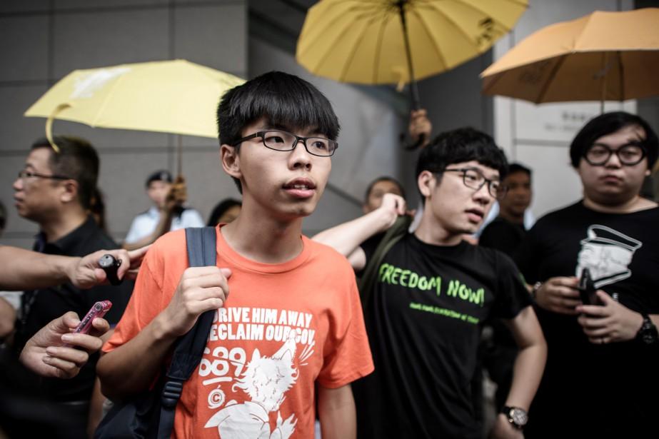 Joshua Wong (en rouge), qui a été inculpé... (PHOTO PHILIPPE LOPEZ, AFP)