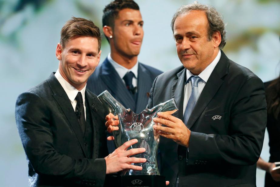 Lionel Messi a reçu son trophée des mains... (Photo Eric Gaillard, Reuters)