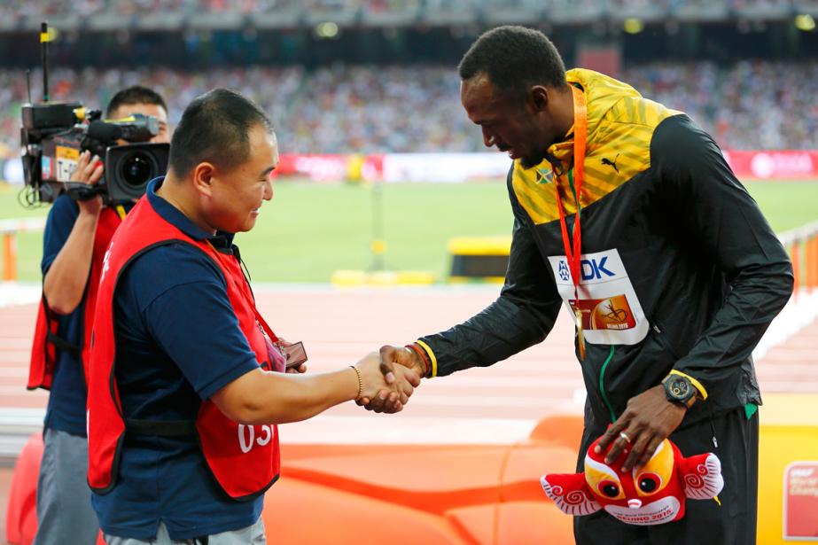 Le caméraman Song Tao a serré la main... (Photo Damir Sagolj, Reuters)