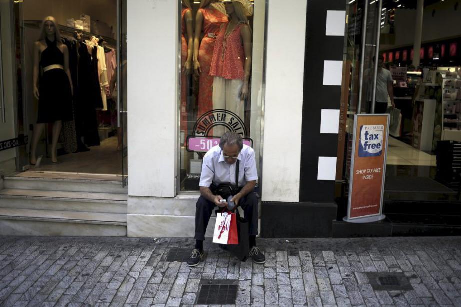 La mesure qui ne permet aux Grecs qu'un... (PHOTO STOYAN NENOV, REUTERS)