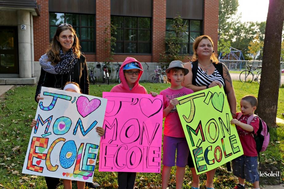 Des milliers de parents et d'enfants se sont réunis autour de 260 écoles partout au Québec, 30 minutes avant la rentrée mardi matin, 1er septembre. Ils ont dénoncé les compressions budgétaires du gouvernement libéral qui menaçent, selon eux, la pérennité de l'école publique. Ici, à l'école St-Paul-Apôtre de Québec. | 1 septembre 2015