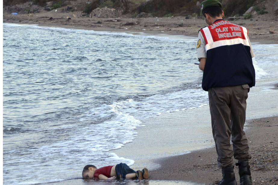 Les policiers paramilitaires enquêtent sur la scène avant de transporter le corps sans vie d'un enfant migrant non identifié. Le petit a été recréché par la mer, merdredi 2 septembre, près de la station balnéaire turque de Bodrum. De nombreux migrants meurent en mer en tentant la terversée vers l'Europe. | 2 septembre 2015