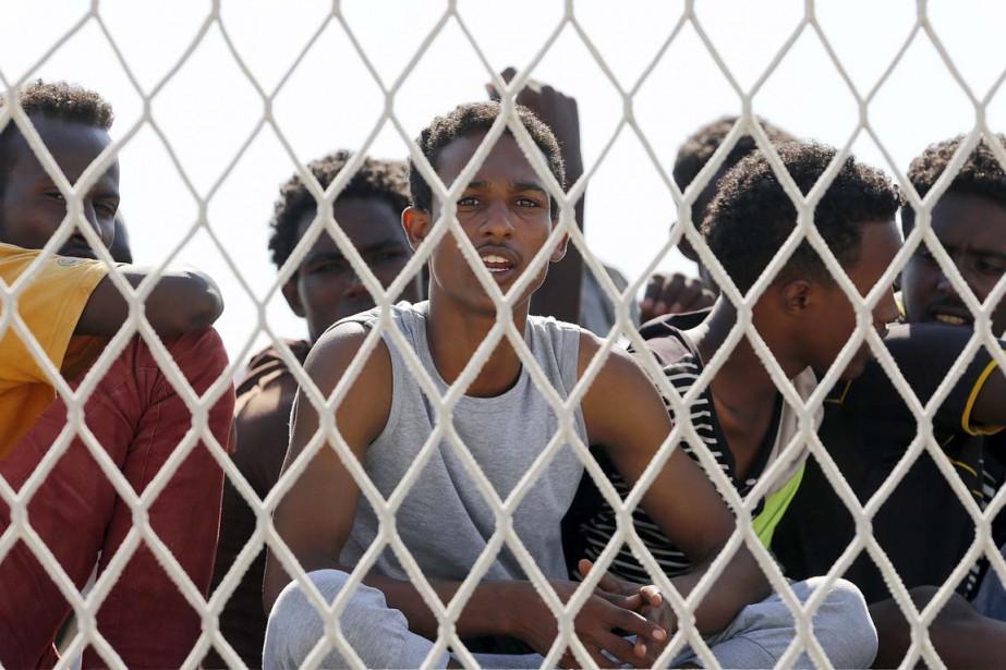 Des migrants attendent l'autorisation de débarquer du bateau... (PHOTO ANTONIO PARRINELLO, REUTERS)