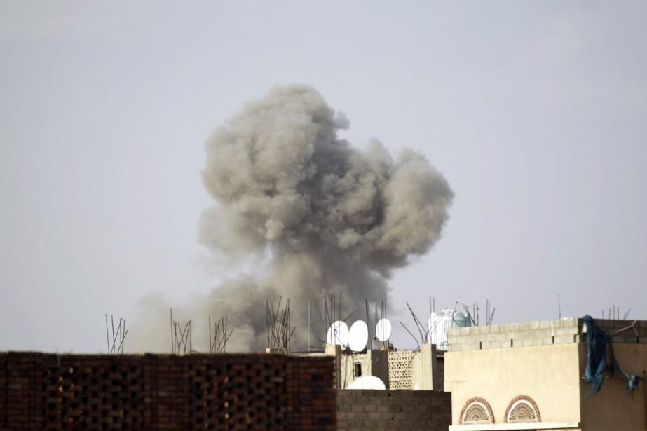 Une colonne de fumée du ministère de la... (PHOTO MOHAMMED HUWAIS, AFP)