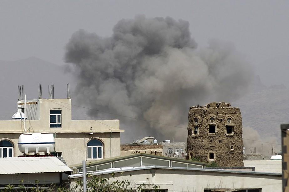 De la fumée s'élève de bâtiments bombardés à... (Photo Hani Mohammed, AP)