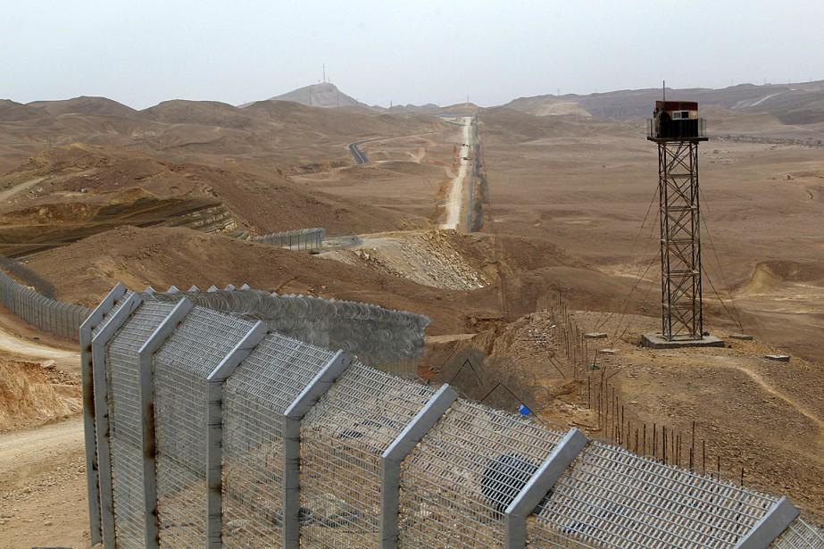 Israël a déjà achevé d'ériger en 2013 une... (Photo Baz Ratner, archives Reuters)