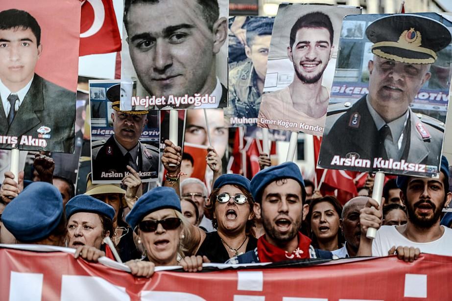 Dans plusieurs villes des manifestants sont descendus dans... (PHOTO OZAN KOSE, AFP)
