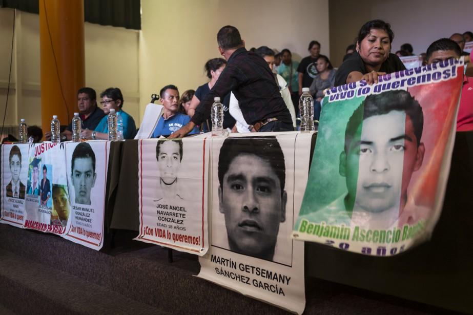 Des proches des 43 étudiants disparus attendent une... (Photo OMAR TORRES, archives AFP)
