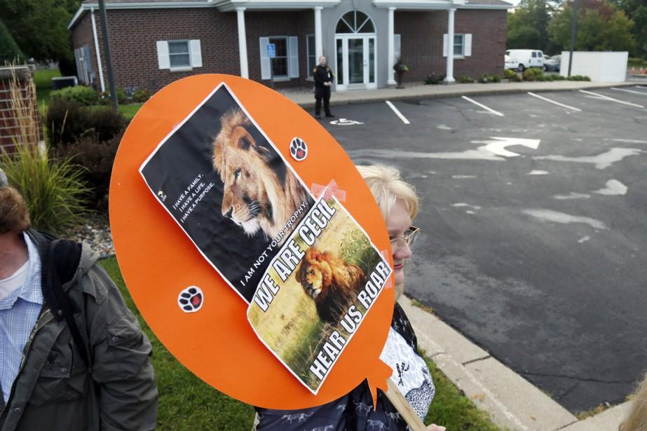Cette manifestante brandissait sa pancarte à la mémoire... (PHOTO JIM MONE, AP)