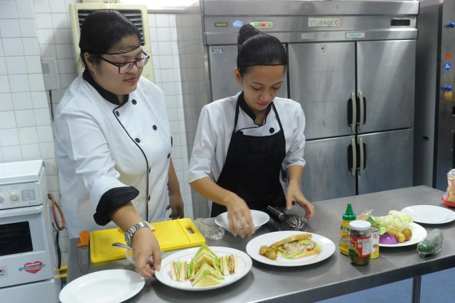 Les Philippins sont très appréciés dans le métier... (PHOTO Jay DIRECTO, AFP)