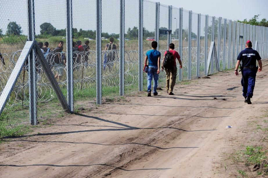 Une clôture barbelée longue de 175 kilomètres a... (PHOTO ATTILA KISBENEDEK, ARCHIVES AFP)