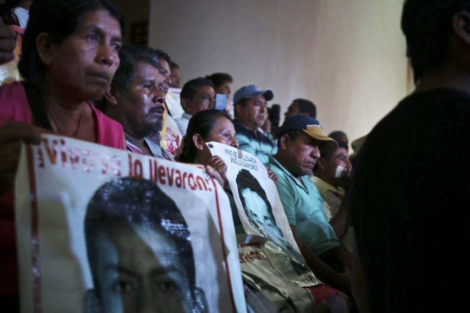 Les parents des 43 étudiants tiennent les photos... (PHOTO EMILIO ESPEJEL, ARCHIVES AP)