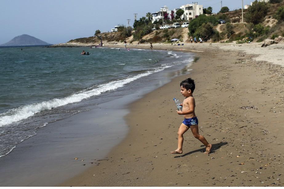 La vie continue. C'est sur cette plage turque que le corps du petit Aylan Kurdi, 3 ans, avait été retrouvé il y a une semaine. La communauté internationale s'était alors émue pour les migrants syriens qui tentent la traversée vers l'eldorado européen, dont plusieurs meurent noyés. Mardi, même plage, mais une autre réalité: un petit garçon, bien en vie, jouait. | 8 septembre 2015