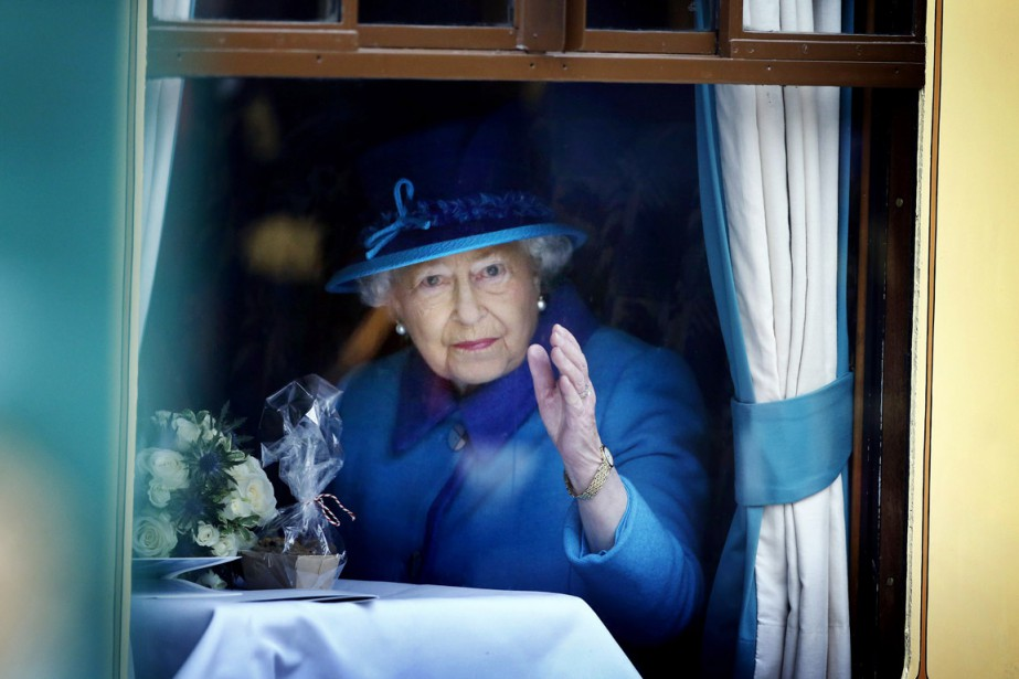 Accompagnée de son mari le prince Philip, la... (PHOTO DANNY LAWSON, AP)
